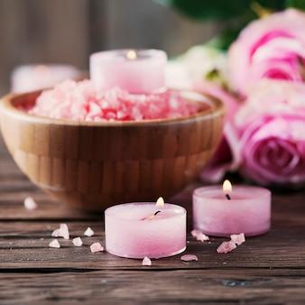 Spa-behandlung mit rosa salz und kerzen