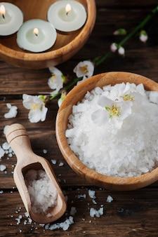 Spa-behandlung mit salz, mandeln und kerzen
