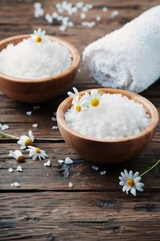 Spa-behandlung mit salz und gänseblümchen