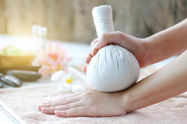 Spa-behandlung und kräuterkompressionsball für weibliches hand-spa