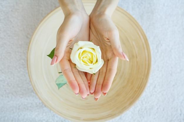 Spa-behandlung und produkt für weibliche füße und hand spa entspannen und gesunde pflege