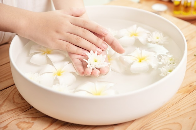 Spa-behandlung und produkt. weiße blumen in keramikschale mit wasser für aromatherapie im spa.
