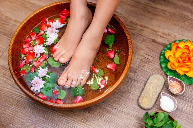 Spa-behandlung weibliche füße ist eine heilung zur entspannung
