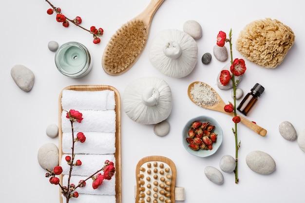Spa-behandlungskonzept, flache zusammensetzung mit natürlichen kosmetikprodukten und massagebürsten