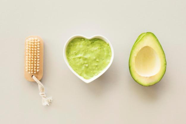 Spa-behandlungskonzept für avocadocreme und schwamm