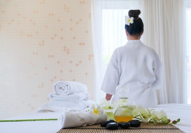 Spa-behandlungsset und aroma-massageöl auf bettmassage.