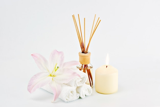 Spa-dekoration mit kerzen, handtüchern und aromaöl