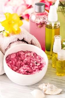 Spa-einstellung mit rosa rosen, meersalz und aromaöl im vintage-stil
