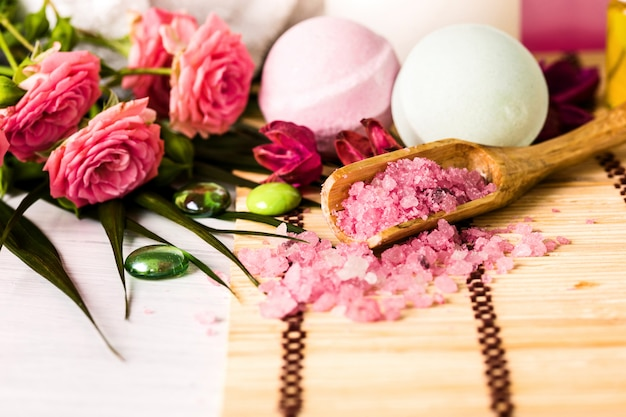 Spa-einstellung mit rosa rosen und aromaöl, vintage-stil