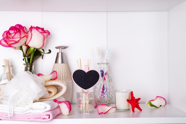 Spa-einstellungen mit rosen. frische rosen und rosenblüten in spa-behandlungen