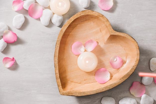 Spa-einstellungen mit rosen spa-thema mit kerzen und blumen auf dem tisch