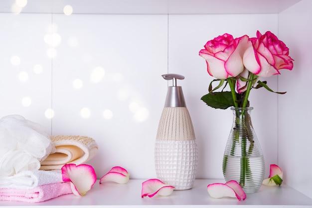 Spa-einstellungen mit rosen und verschiedenen gegenständen, die in spa-behandlungen für einen romantischen valentinstag verwendet werden