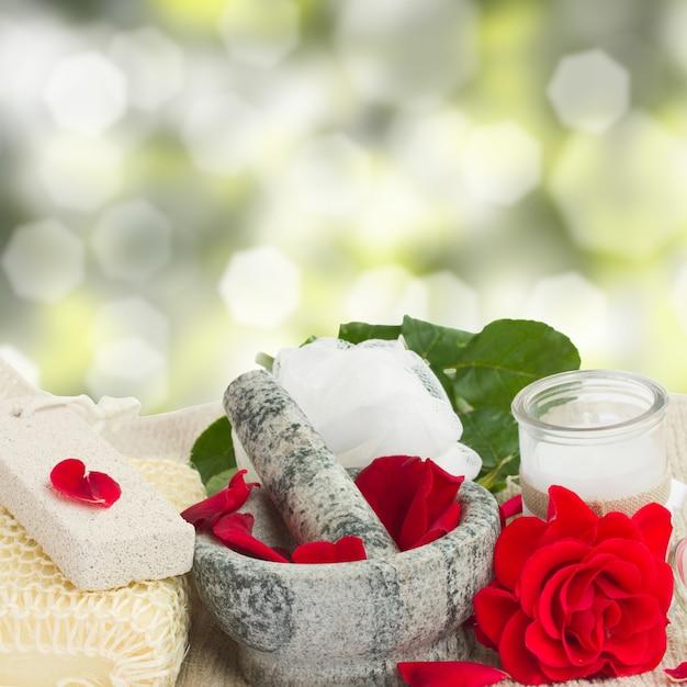 Spa-einstellungen mit rosenblüten und badzubehör
