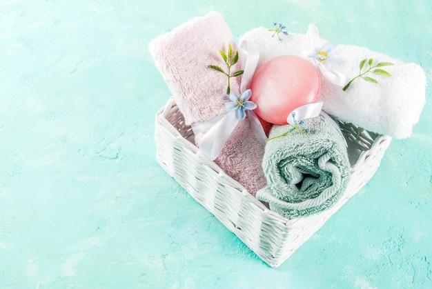 Spa entspannen und badekonzept, meersalz, seife, mit kosmetika und handtüchern