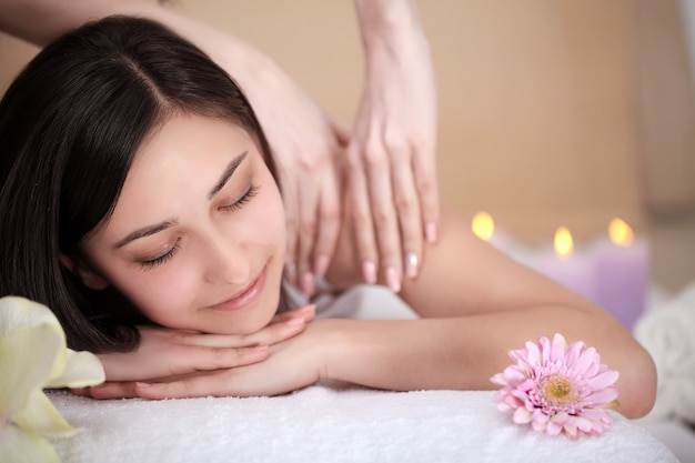 Spa frau. nahaufnahme einer schönen frau, die badekur erhält. massage
