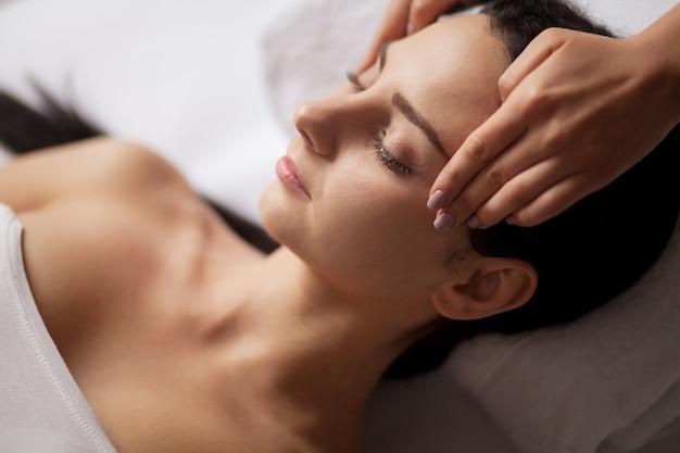 Spa gesichtsmassage. gesichtsbehandlung. spa salon. therapie