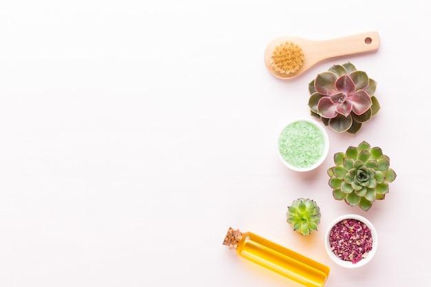 Spa hausgemachte kosmetik, hintergrund mit platz für einen text. spa wellness-grußkarte. aromatherapie-thema, handgemachte biokosmetik. flach liegen.