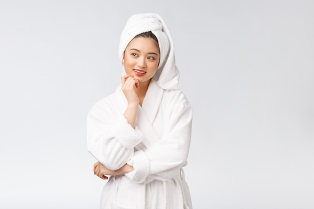 Spa hautpflege schönheit asiatische frau trocknen haare mit handtuch auf dem kopf nach der duschbehandlung schöne gemischtrassige junge mädchen berühren weiche haut