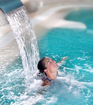 Spa hydrotherapie frau wasserfall jet