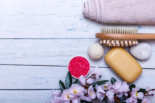 Spa-kit oder set-konzept mit natürlichen bio-produkten auf weißem holztisch. seifenstück und flüssigkeit. aromatherapie rosa salz. draufsicht mit kopierraum.