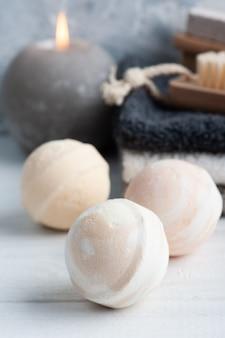 Spa-komposition mit badebomben, körperbürsten und handtüchern. aromatherapie-anordnung
