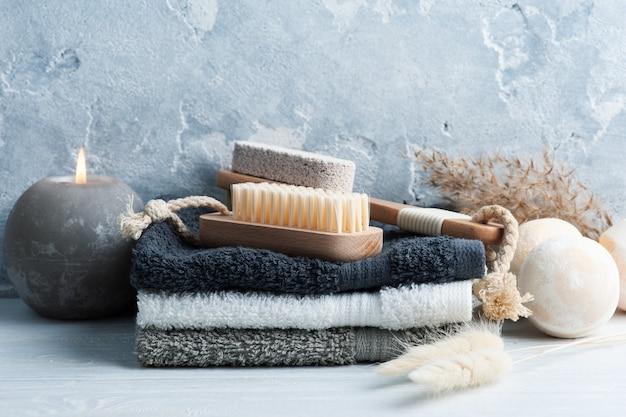 Spa-komposition mit badebomben, körperbürsten und handtüchern