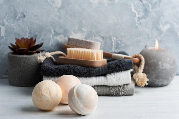 Spa-komposition mit körperbürsten und handtüchern