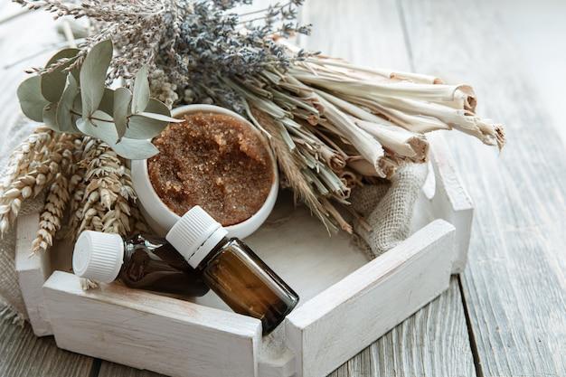 Spa-komposition mit natürlichen körperpflegeprodukten im rustikalen stil.