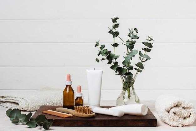 Spa-komposition mit sahne und pflanze
