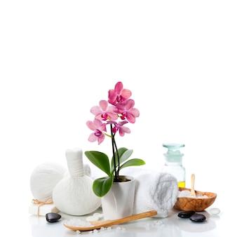 Spa-komposition mit schöner rosa orchidee auf weiß