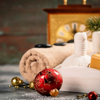 Spa-komposition mit weihnachtsdekoration. holiday spa-behandlung