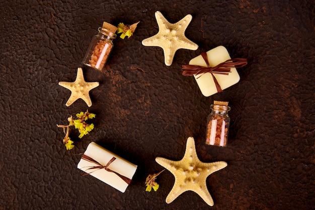 Spa-konzept. aromatische kerzen, seifenschönheit und spa-kosmetik