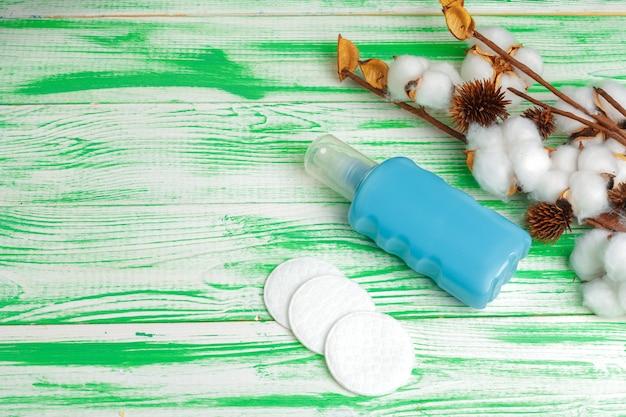 Spa-konzept. flachgelegt mit baumwollzweig, wattepads. baumwollkosmetik make-up