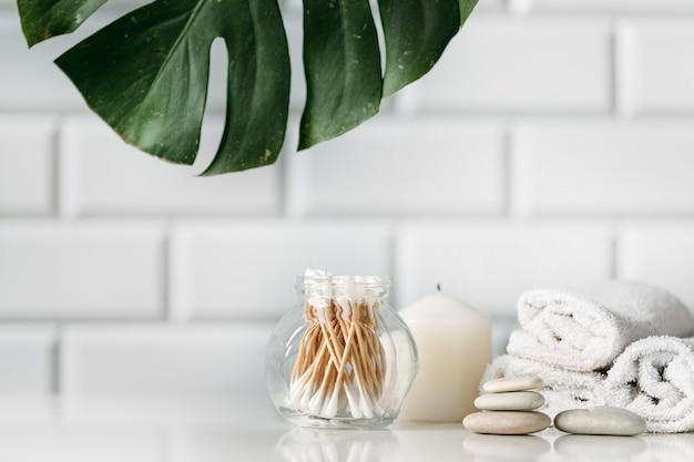 Spa-konzept mit kosmetikprodukten auf dem tisch im badezimmer