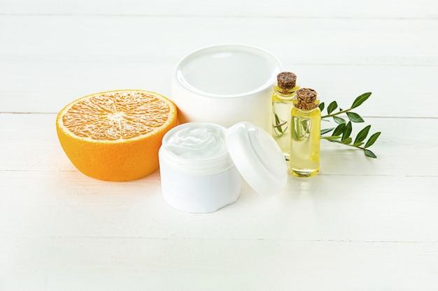 Spa-konzept mit salz, minze, lotion, handtuch