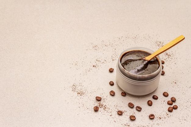 Spa-konzept. selbstpflege mit kaffee-körperpeeling. natürliche bio-kosmetik, hausgemachtes produkt, alternativer lebensstil