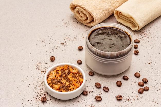 Spa-konzept. selbstpflege mit kaffee-körperpeeling und meersalz. natürliche bio-kosmetik, hausgemachtes produkt, alternativer lebensstil