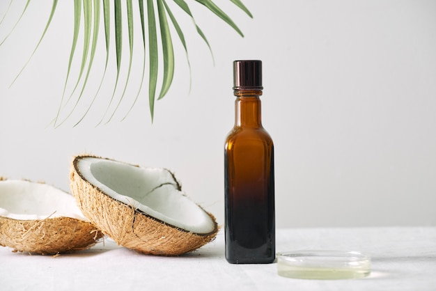 Spa-kosmetik in braunen glasflaschen auf grauem betontisch. platz kopieren. beauty-blogger, salontherapie, minimalismus-konzept