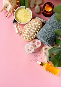 Spa-kosmetikprodukte und umweltfreundliche badzubehörteile auf rosa oberfläche