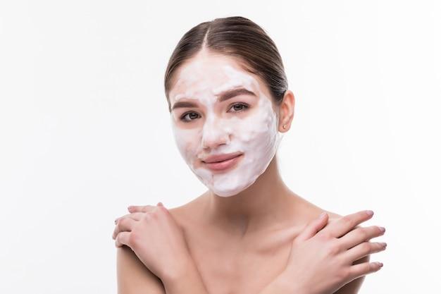 Spa-mädchen, das gesichtsmaske anwendet. schönheitsbehandlungen. kosmetika