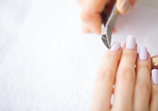 Spa maniküre. frau in einem nagelsalon, der eine maniküre von einem kosmetiker empfängt