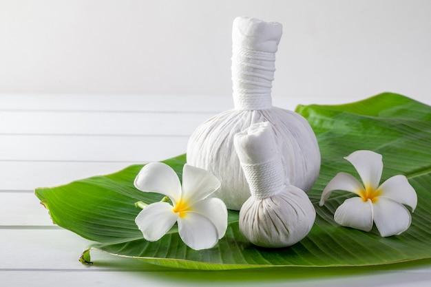 Spa-massage komprimieren bälle, kräuterball und behandlungen spa
