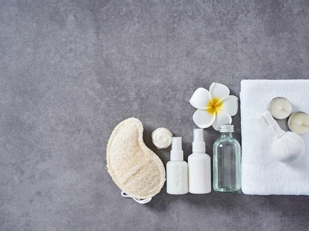 Spa-massage mit kräuterkompresse und hautpflege