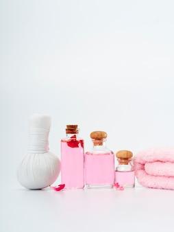 Spa-produkte aus ätherischen rosenölen.