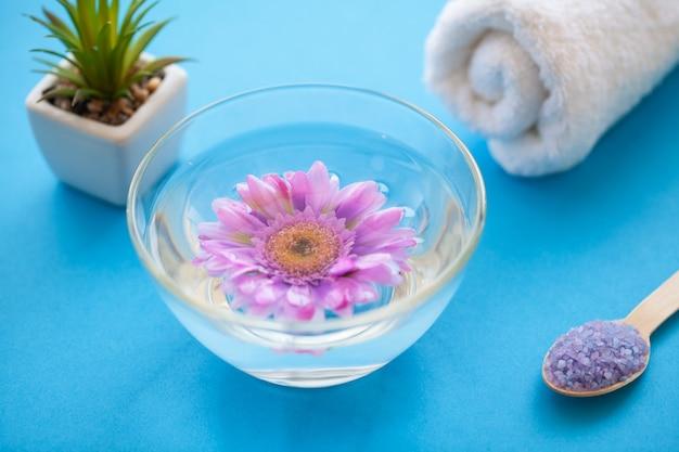 Spa. seesalz-schleifen auf hölzernem hellblauem schäbigem tabellen-holzlöffel. küche und kosmetische gesunde verwendung