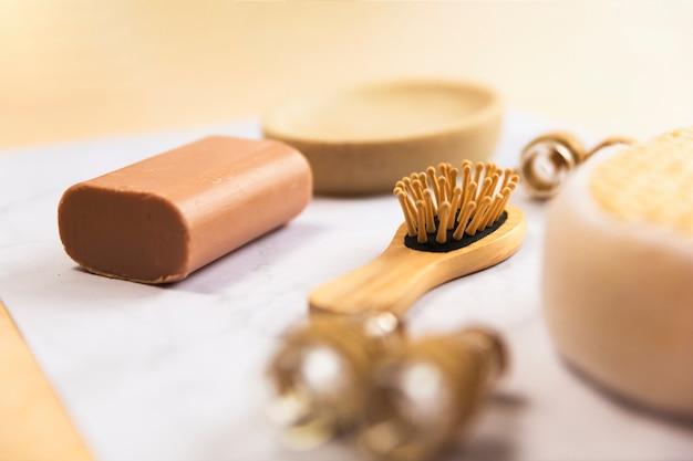 Spa seife mit hölzernen haarbürste