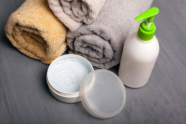 Spa-set, cremes und handtücher aromatherapie körperpflege.