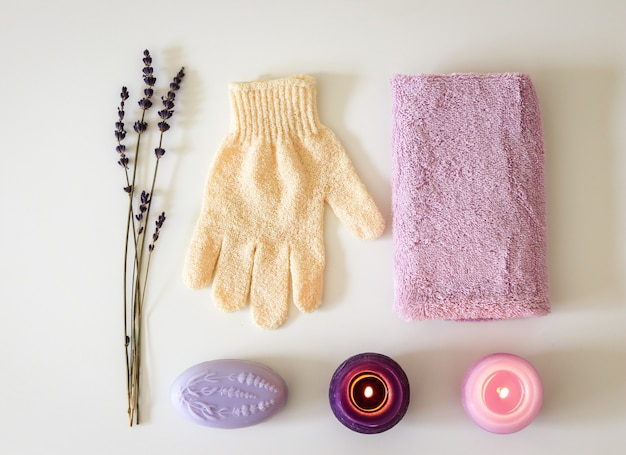 Spa-set mit lavendelseife, massagepeelinghandschuh