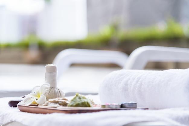 Spa-set mit massage und spa-salon. schönheits- und modekonzept.