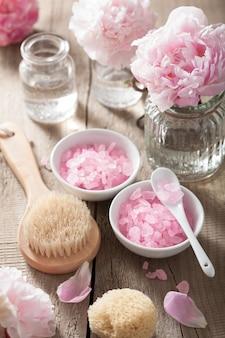Spa-set mit pfingstrosenblüten und rosa kräutersalz